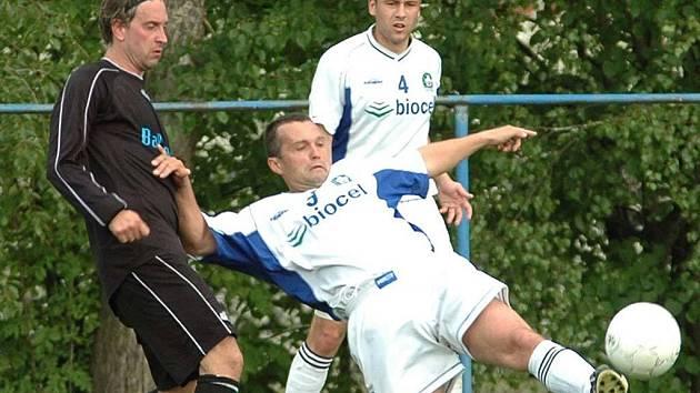 ZACHRÁNĚNI. Fotbalisté Vratimova budou hrát krajský přebor i příští rok. Velkou zásluhu na tom má Daniel Nováček (číslo 4), který nastřílel šestnáct branek a zájem o něj má třetiligový Frýdek-Místek.