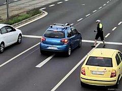 Policie žádá o pomoc při pátraní po muži na snímku, který rozbil čelní sklo vozidla.