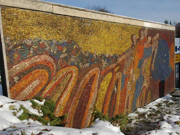Z GRUNTU. Renovace mozaiky před hlavní bránou a schodištěm na centrální hřbitov ve Slezské Ostravě se ujme akademický malíř Miroslav Grabovský, který se na tuto práci těší.