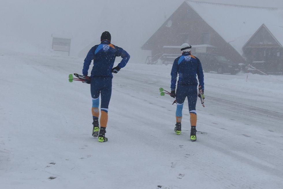 Na Hvězdě pršelo, ale na Ovčárně už leží sněhové závěje. Do Jeseníků zamířili první lyžaři.