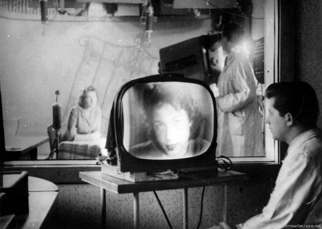 Kamrlík orozloze 45m². Vněm jedna kamera, filmový snímač, mikrofon a světla, která studio během okamžiku rozžhavila do závratně vysokých teplot. Poprvé se ztelevizní stanice Ostrava vysílalo na Silvestra roku 1955.