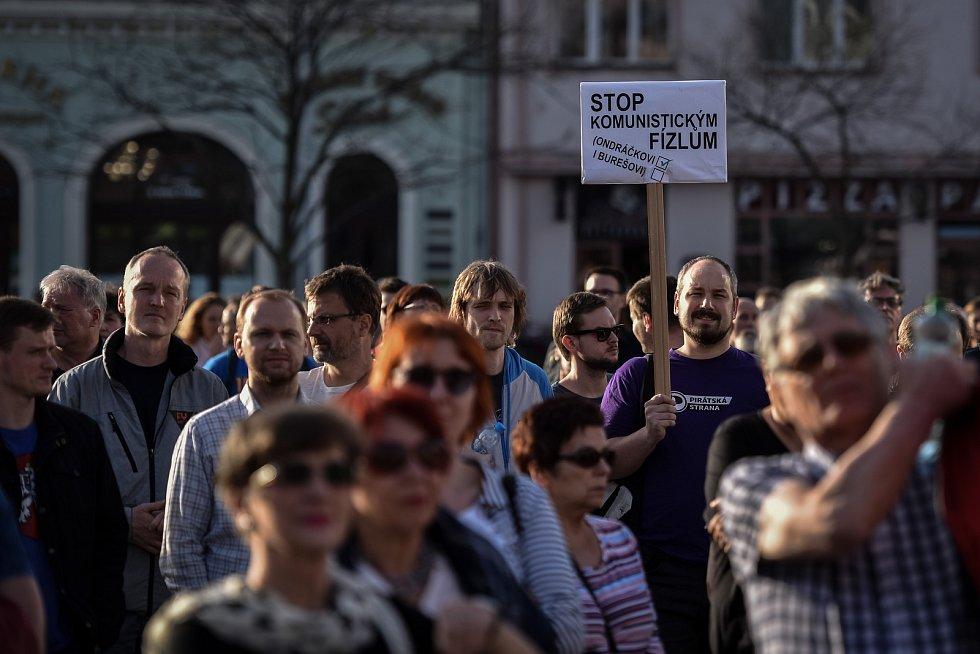 Demonstrace namířená proti premiérovi v demisi Andreji Babišovi a jeho vládě na Masarykově náměstí v Ostravě 9. dubna 2018.