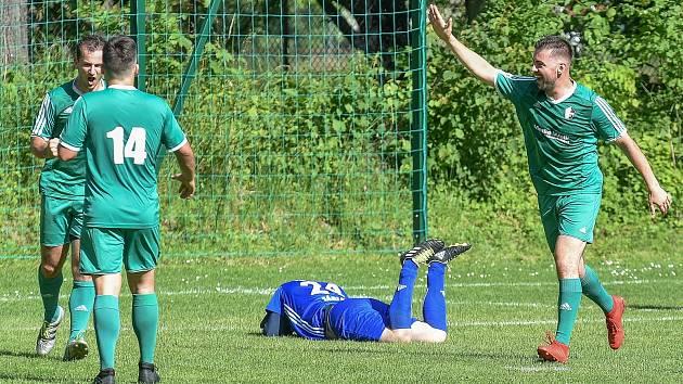 Šachtar BO Ostrava. Jedním z iniciátorů je odchovanec vítkovického hokeje Ondrej Šedivý (vlevo). Na snímku se raduje z gólu do sítě Záblatí spolu s Romanem Szturcem (vpravo).