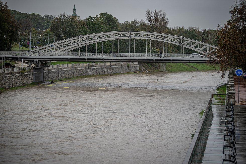 Noční deště zvedly hladiny řek na severní Moravě, 14. října 2020. Rozlitá Ostravice.