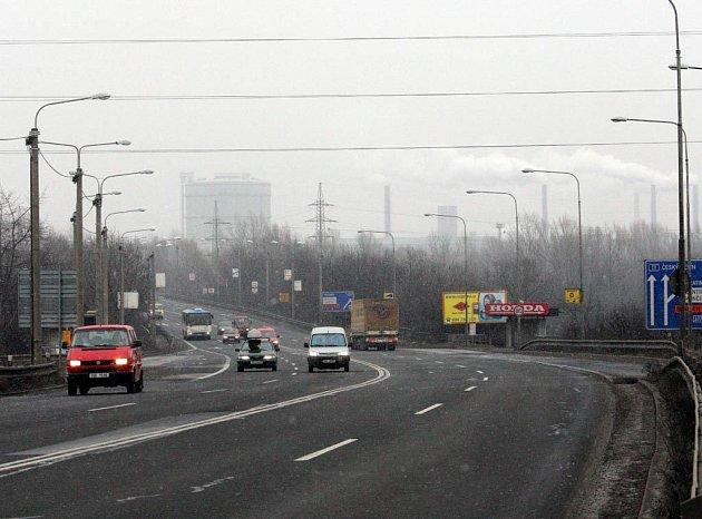 Smogová krajina s komíny ArceloruMittal v pozadí