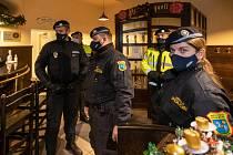 Policejní kontrola v restauraci v Ostravě.
