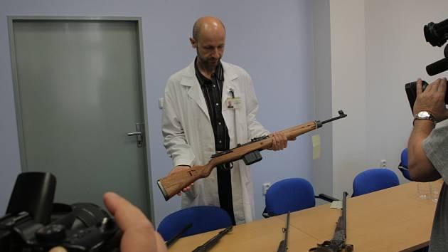 Lidé v Moravskoslezském kraji zatím v rámci zbraňové amnestie odevzdali 152 zbraní. Byly mezi nimi i zakázané zbraně, jako jsou kulomety, samopaly či samonabíjející vojenské pušky.