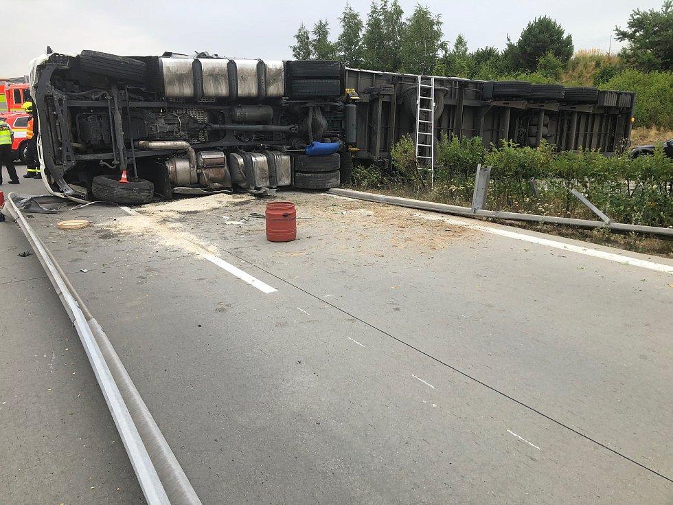 Převrácený kamion na D1, červenec 2019.
