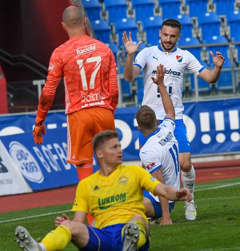 Fotbalisté Baníku Ostrava odehráli v sobotu 15. května 2021 utkání 32. ligového kola se Zlínem. Domácí útočník Tomáš Zajíc slaví s Nemanjou Kuzmanovičem gól.