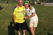 Otec turnaje a předseda Slovanu Záblatí Jan Gříbek (vlevo) dostal od organizátorů z Jižních Čech dres k jubilejnímu 25. ročníku turnaje. Na snímku je se svým synem Petrem.