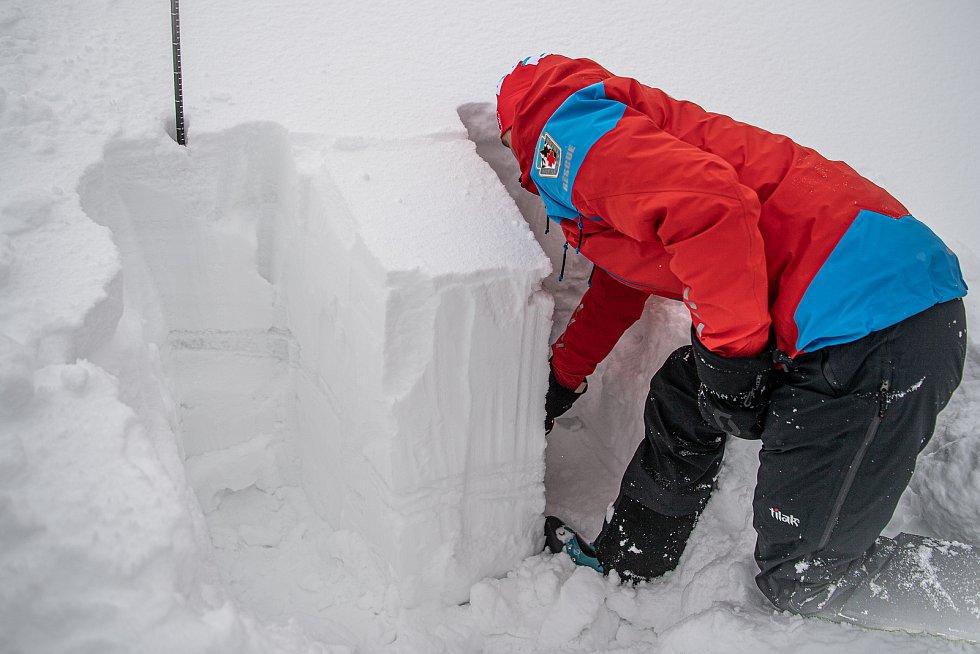 Dobrovolník horské služby Michal Vávra ukazuje měření lavinového stupně, 30. ledna 2021 na Pradědu.