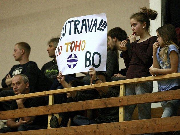 Fanoušci v ostravské hale ve Varenské ulici při zápasech s Brnem