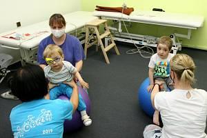 PRVNÍMI českými dětmi, jimž platí intenzivní neurorehabilitace zdravotní pojišťovna, jsou Ondra z Havířova a Štěpánek z Příbora.