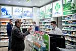 Ochranná bariéra z plexiskla která je umístěna v lékárně Benu (u OC Avion). Má ochránit zejména lékárníky a lékárnice, kteří kvůli nedostatku roušek a respirátorů nemají adekvátní ochranu při kontaktu se zákazníky.