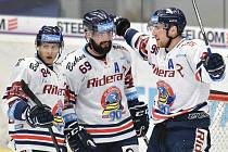 Utkání 14. kola hokejové extraligy: HC Vítkovice Ridera - HC Dynamo Pardubice, 28. října 2018 v Ostravě. Na snímku (zleva) Jan Schleiss, Roman Szturc a Jakub Lev.