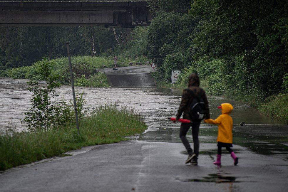 Povodňový stupeň na řece Ostravice která leží v centru Ostravy, 21. června 2020. Zaplavené Havlíčkovo nábřeží u Černé Louky.