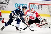 Utkání 50. kola hokejové extraligy: HC Vítkovice Ridera - HC Dynamo Pardubice, 2. března 2021 v Ostravě. (zleva) Jan Hruška z Vítkovic a brankář Pardubic Milan Klouček.