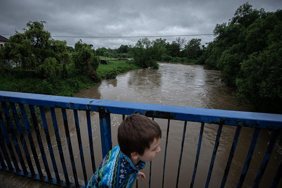 Povodňový stupeň na řece Odra která leží v městském obvodě Polanka nad Odrou, 21. června 2020 v Ostravě.