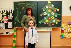 Žák první třídy, Základní škola, 29. dubna 33/259, Ostrava-Výškovice, Patrik Lidák s paní učitelkou Šárkou Křižanovou.