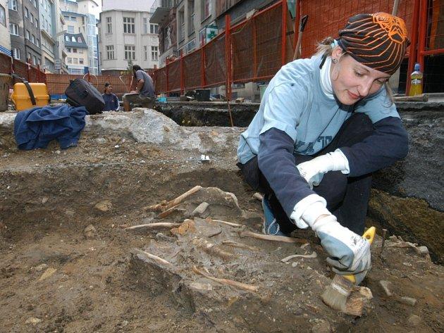 Ostravští archeologové pečlivě ometají kosti - součást starého hřbitova.