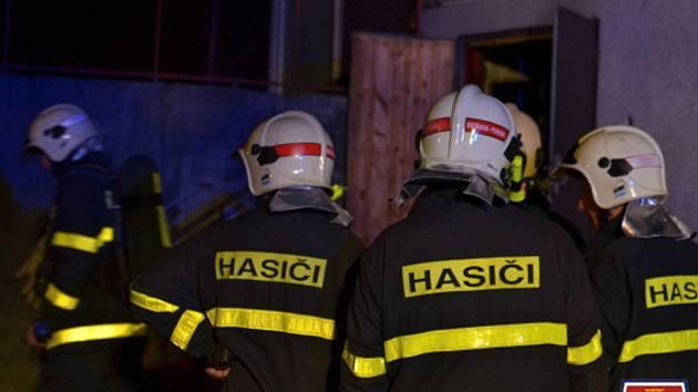 Od sobotní půlnoci zasahovaly čtyři jednotky hasičů, hasiči zachránili šest osob, z toho dvě museli hasiči oživovat. U jedné osoby se to povedlo, předali ji rychlé záchranné službě, druhá nepřežila.
