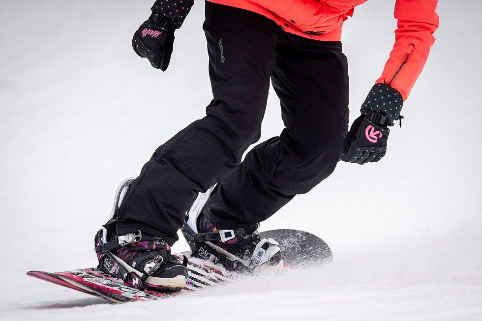 Snowboardista ve SKI areálu Bílá v Beskydech, 16. prosince 2019.
