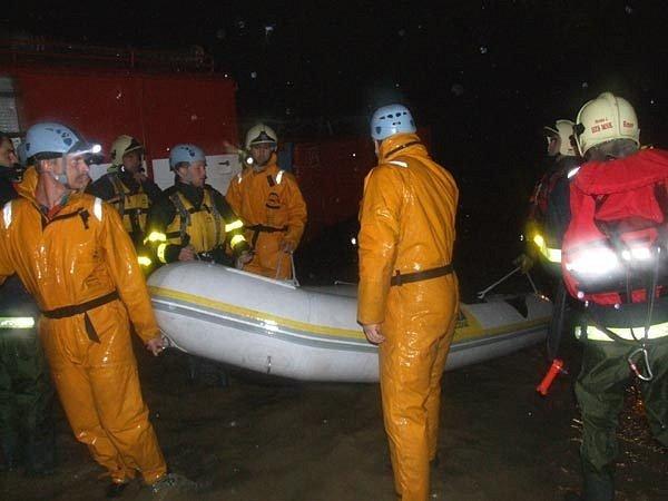 V noci hasiči evakuovali obyvatele vesnic ohrožených velkou vodou