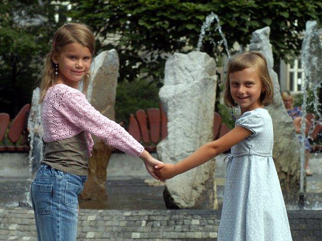 POPRVÉ do školy se v pondělí chystá Vendulka Klímová (vlevo) a Elenka Martausová.