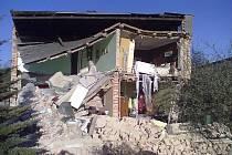 Část rodinného domku se propadla v pátek odpoledne v Šenově. Podle policejní mluvčí ostravské policie Gabriely Holčákové probíhaly v domku rekonstrukční práce.