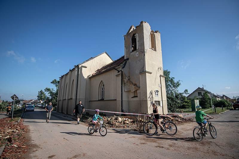 Poničené kostel v Hrušce na Břeclavsku na snímku pořízeném 25. června 2021.