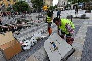 Odborníci ve čtvrtek začali zkoumat, proč se pod hasičským autem propadl kus Masarykova náměstí v centru Ostravy.