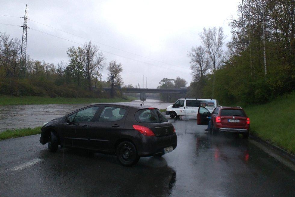 U zaplavené cesty podél Ostravice v Ostravě se řidič musejí otáčet.