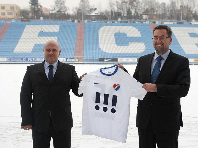 Baník i stadion Bazaly nyní patří společnosti SMK Reality Invest, jejímiž majiteli jsou podnikatel Libor Adámek (na snímku vlevo) a společnost PAM market, kterou zastupuje Petr Šafarčík (vpravo). Oba představili i nový dres pro jarní část ligy.