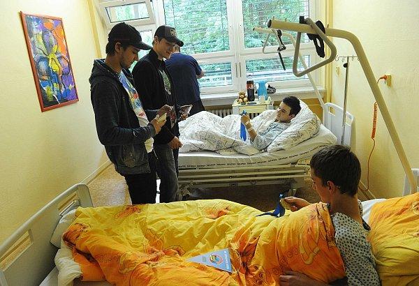 BRONZOVÍ MEDAILISTÉ zMS ve Finsku a Švédsku brankáři Jakub Štěpánek a Petr Mrázek potěšili nemocné děti.