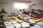 Zaměstnanci porubského úřadu kompletují balíčky pro seniory.