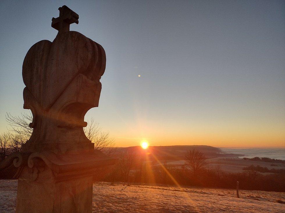 Ondřej Zatloukal se se synem vydal na Křížový vrch u Rudy za východem slunce.
