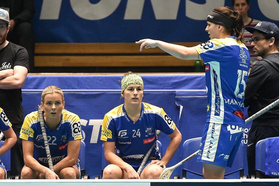 Pohár mistrů ve florbalu, finále (ženy): Täby FC - Kloten-Dietlikon Jets, 12. ledna 2020 v Ostravě. Na snímku (zleva) (hráčka číslo 24) Hana Koníčková a (hráčka číslo 15) Natálie Martináková.