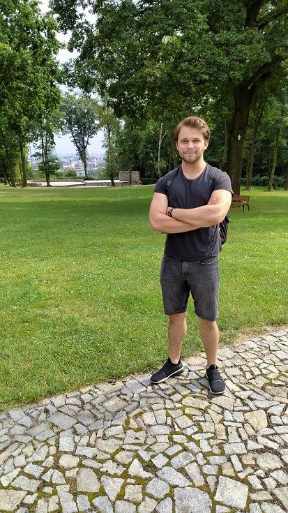 Herec Jakub Burýšek v Amfiteátru u Vily Na Landeku v Ostravě-Petřkovicích.