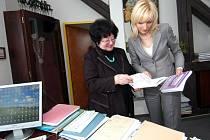 Zleva děkanka FF OU Eva Mrhačová a Petra Paroubková-Kováčová