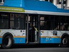Nehoda autobusu a tramvaje na Hranečníku v Ostravě.