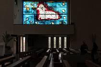 Autorem pěti unikátních vitráží, které vznikaly od roku 2007 do roku 2015, je umělec Jakub Špaňhel.