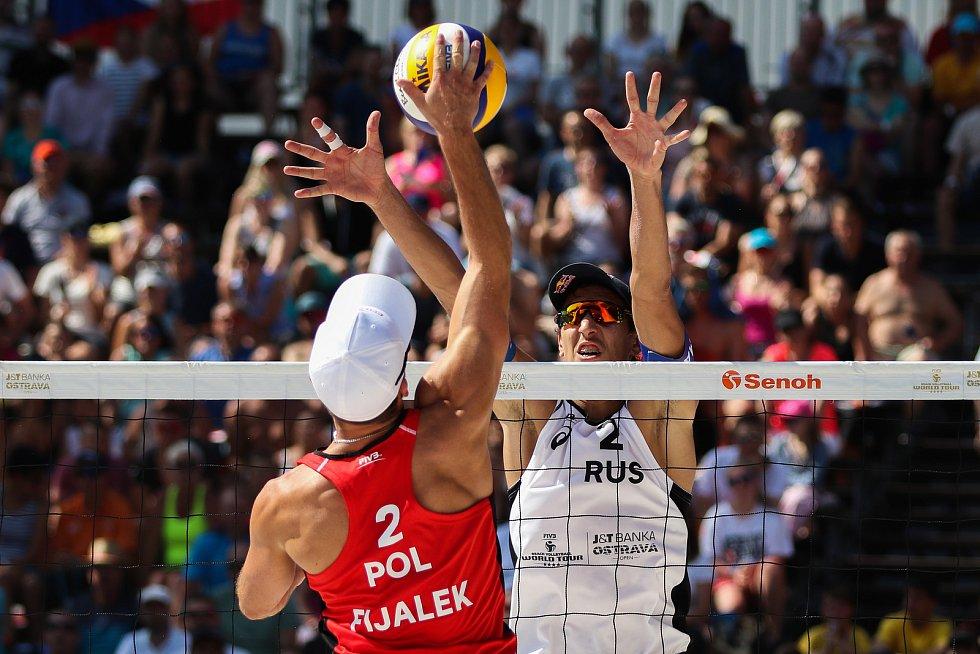 Muži: Zápas o 3. místo Polsko - Rusko. FIVB Světové série v plážovém volejbalu J&T Banka Ostrava Beach Open, 2. června 2019 v Ostravě. Na snímku (zleva) Grzegorz Fijalek (POL), Oleg Stoyanovskiy (RUS).