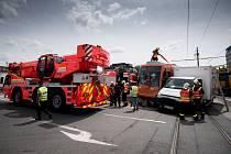 Nehoda tramvaje a nákladního automobilu v Ostravě-Martinově.