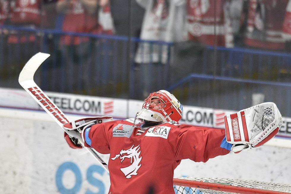 Čtvrtfinále play off hokejové extraligy - 4. zápas: HC Vítkovice Ridera - HC Oceláři Třinec, 25. března 2019 v Ostravě. Na snímku brankář Třince Šimon Hrubec - radost.
