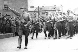Ostravští Němci pochodovali v uniformách polního četnictva do různých částí města a zastrašovali tak české obyvatelstvo.