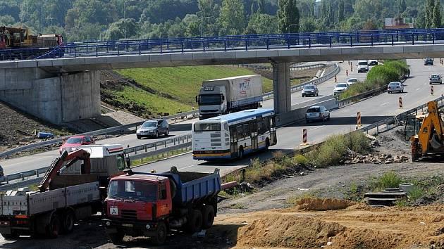 Na stavbě spojnice mezi dálnicí D 47 a ulicí Mariánskohorskou probíhají poslední práce. Otevřena by měla být letos na podzim.