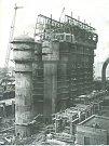 Současně s vysokou pecí č. 3 se buduje mohutný komplex čističů plynu (18. 10. 1958).