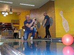 KUŽELKY představovaly letošní druhou disciplínu VSH a hrálo se v Porubě, v popředí koordinátor Libor Hrdina z Plesné.