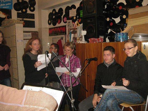 Koledy se blíží… Snímek vokalistů folklorního souboru Morava ze zkoušky skapelou Marian333.