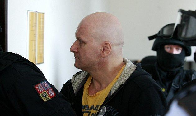 Doživotně odsouzeného Rudolfa Fiana přivedla ke Krajskému soudu vOstravě ozbrojená vězeňská eskorta.
